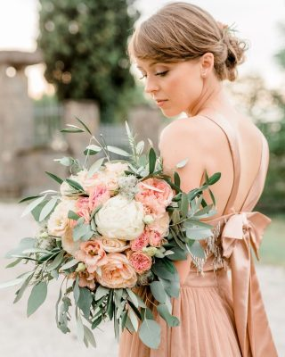 Why should a wedding dress be white? Look at this gorgeous bride rocking it in blush pink 👏. What do you think - wear your favourite color or stick with tradition?