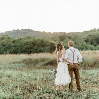 Spomladanske poroke so moje najljubše in prav težko mi je, da bo letos večina odpovedanih. Komaj čakam, da bomo s poročnimi pari ponovno lovili sončne zahode in ustvarjali nepozabne spomine ☀️