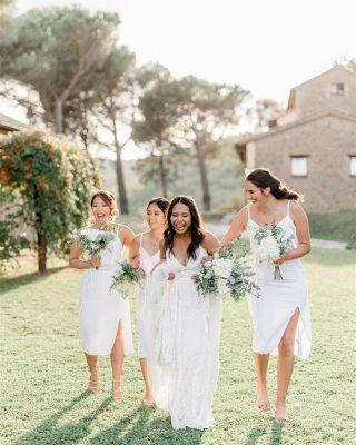 Every wedding should be fun, relaxed and full of love. This one definitely was.  Venue: @casabruciata . . . . . #bridesmaids #bridesquad #havingfun #allinwhite #umbriawedding #italyweddingphotographer #italianwedding #tuscany #tuscanywedding #tuscanyweddingphotographer