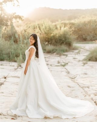 My favourite kind of light ☀️. . . . . . . #bride #potrtrait #kodarinovmlin #sunset #fineartphotography #lightandairyphotography #softlight #weddingphotographer #weddingphotoslovenia #slovenia